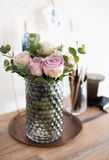 Φρέσκα θερινά τριαντάφυλλα χρώματος κρητιδογραφιών πορφυρά, μωβ στο βάζο στο CL δίσκων Στοκ εικόνες με δικαίωμα ελεύθερης χρήσης