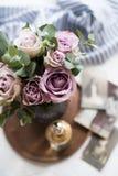 Φρέσκα θερινά τριαντάφυλλα χρώματος κρητιδογραφιών πορφυρά, μωβ στο βάζο στο CL δίσκων στοκ φωτογραφία