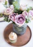 Φρέσκα θερινά τριαντάφυλλα χρώματος κρητιδογραφιών πορφυρά, μωβ στο βάζο στο CL δίσκων Στοκ Εικόνες