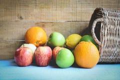 Φρέσκα θερινά φρούτα στο καλάθι στον ξύλινο πίνακα στοκ εικόνες