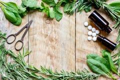 Φρέσκα θερινά χορτάρια - aromatherapy στο ξύλινο υπόβαθρο Στοκ Φωτογραφίες