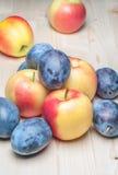 Φρέσκα διάφορα φρούτα στον ξύλινο πίνακα Στοκ φωτογραφία με δικαίωμα ελεύθερης χρήσης