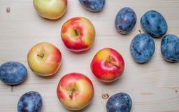 Φρέσκα διάφορα φρούτα στον ξύλινο πίνακα Στοκ Φωτογραφία