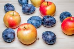 Φρέσκα διάφορα φρούτα στον ξύλινο πίνακα Στοκ Φωτογραφίες