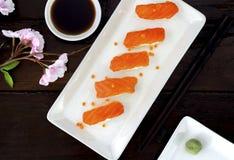 Φρέσκα ιαπωνικά σούσια σολομών Στοκ εικόνα με δικαίωμα ελεύθερης χρήσης