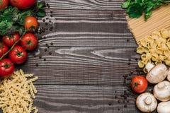 Φρέσκα ιταλικά τρόφιμα στο ξύλινο υπόβαθρο Στοκ Εικόνα