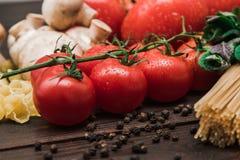 Φρέσκα ιταλικά τρόφιμα στο ξύλινο υπόβαθρο Στοκ εικόνα με δικαίωμα ελεύθερης χρήσης