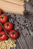 Φρέσκα ιταλικά τρόφιμα στο ξύλινο υπόβαθρο Στοκ Φωτογραφίες