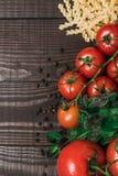 Φρέσκα ιταλικά τρόφιμα στο ξύλινο υπόβαθρο Στοκ Εικόνες