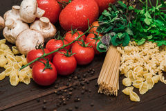 Φρέσκα ιταλικά τρόφιμα στο ξύλινο υπόβαθρο Στοκ φωτογραφία με δικαίωμα ελεύθερης χρήσης