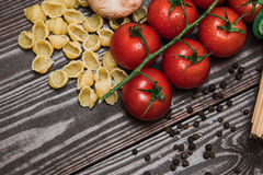 Φρέσκα ιταλικά τρόφιμα στο ξύλινο υπόβαθρο Στοκ εικόνες με δικαίωμα ελεύθερης χρήσης