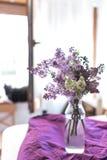 Φρέσκα ιώδη λουλούδια σε ένα απλό βάζο γυαλιού στοκ εικόνες