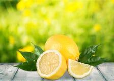 Φρέσκα κίτρινα λεμόνια που απομονώνονται στο υπόβαθρο Στοκ εικόνα με δικαίωμα ελεύθερης χρήσης
