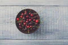 Φρέσκα κεράσια στο μπλε αγροτικό ξύλο Στοκ φωτογραφίες με δικαίωμα ελεύθερης χρήσης