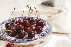 Φρέσκα κεράσια στο πιάτο στον πίνακα Στοκ φωτογραφίες με δικαίωμα ελεύθερης χρήσης