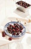 Φρέσκα κεράσια στο πιάτο στον πίνακα Στοκ Εικόνες