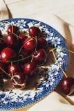 Φρέσκα κεράσια στο πιάτο στον πίνακα Στοκ Φωτογραφία