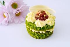 Φρέσκα κρέμα και κέικ μούρων στοκ φωτογραφίες
