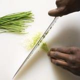 φρέσκα κρεμμύδια που τεμαχίζουν το μαχαίρι στοκ φωτογραφία