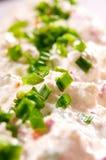 Φρέσκα κρεμμύδια και τυρί εξοχικών σπιτιών Στοκ Φωτογραφίες