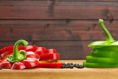 Φρέσκα κόκκινα και πράσινα πιπέρια που τεμαχίζονται στα δαχτυλίδια Στοκ φωτογραφία με δικαίωμα ελεύθερης χρήσης