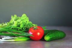 Φρέσκα λαχανικά και πράσινα για τη σαλάτα σε μια ξύλινη επιφάνεια Η έννοια μιας υγιεινής διατροφής στοκ φωτογραφία