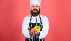 Φρέσκα λαχανικά λαβής ποδιών καπέλων μαγείρων ατόμων Αγοράστε το μανάβικο φρέσκων λαχανικών Χορτοφάγο εστιατόριο Κύριος αρχιμάγει στοκ φωτογραφία με δικαίωμα ελεύθερης χρήσης