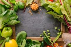 Φρέσκα λαχανικά με τον πίνακα στον ξύλινο πίνακα στοκ φωτογραφία με δικαίωμα ελεύθερης χρήσης