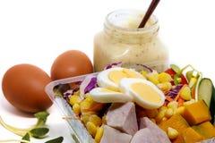 Φρέσκα λαχανικά σαλάτας, αυγό και κρέμα σαλτσών σαλάτας στο άσπρο υπόβαθρο Στοκ Εικόνες