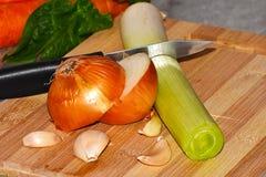 Φρέσκα λαχανικά σε έναν πίνακα κουζινών στοκ φωτογραφία