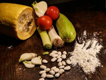 Φρέσκα λαχανικά σε έναν πίνακα στοκ εικόνα με δικαίωμα ελεύθερης χρήσης