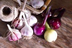 Φρέσκα λαχανικά, σκόρδο και κρεμμύδια συγκομιδών Στοκ Φωτογραφίες