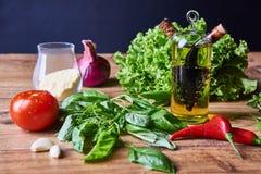 Φρέσκα λαχανικά στον πίνακα πρίν μαγειρεύει Στοκ Φωτογραφίες