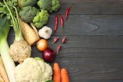 Φρέσκα λαχανικά στο σκοτεινό ξύλινο υπόβαθρο Πρότυπο για τις επιλογές ή τη συνταγή Τοπ άποψη με το διάστημα αντιγράφων Στοκ Εικόνες