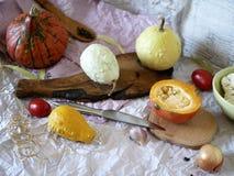 Φρέσκα λαχανικά, σύνθεση για το μαγείρεμα από τις κολοκύθες, κουνουπίδι, πιπέρια, ντομάτες, κρεμμύδια και καρυκεύματα σε ένα υπόβ στοκ φωτογραφίες με δικαίωμα ελεύθερης χρήσης