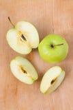 Φρέσκα μήλα σε έναν ξύλινο πίνακα Apple που κόβεται η πράσινη στα κομμάτια Στοκ φωτογραφία με δικαίωμα ελεύθερης χρήσης