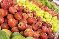 Φρέσκα μήλα στις υπεραγορές (εκλεκτική εστίαση) Στοκ εικόνα με δικαίωμα ελεύθερης χρήσης