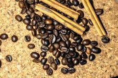 Φρέσκα μαύρα φασόλια coffe στον πίνακα φελλού στοκ εικόνες