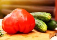 Φρέσκα μεγάλα ντομάτα και αγγούρι καρδιών λιονταριών Στοκ εικόνες με δικαίωμα ελεύθερης χρήσης