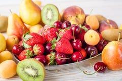 Φρέσκα μικτά φρούτα, μούρα στο πιάτο Θερινά φρούτα, μούρο Στοκ Εικόνα