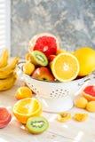 Φρέσκα μικτά φρούτα στο κύπελλο στο φως backgound Στοκ φωτογραφίες με δικαίωμα ελεύθερης χρήσης