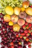 Φρέσκα μικτά φρούτα, υπόβαθρο μούρων κατανάλωση υγιής Φρούτα αγάπης, διατροφή Στοκ Εικόνες