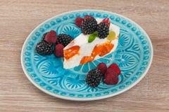 Φρέσκα μούρα και cheesecake μούρων επιδόρπιο Στοκ Φωτογραφίες