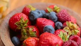 Φρέσκα μούρα, φράουλες, σμέουρα, βακκίνια σε ένα κύπελλο χαλκού φιλμ μικρού μήκους