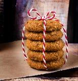 Φρέσκα μπισκότα με το αμύγδαλο και καφετιά ζάχαρη με το κόκκινο και άσπρο ρ στοκ εικόνες