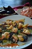 Φρέσκα μύδια με τις γαρίδες, τα χορτάρια και την πικάντικη σάλτσα Στοκ φωτογραφία με δικαίωμα ελεύθερης χρήσης