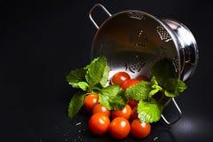 Φρέσκα ντομάτες και βάλσαμο λεμονιών σε έναν διηθητήρα μετάλλων Στοκ Εικόνες