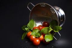 Φρέσκα ντομάτες και βάλσαμο λεμονιών σε έναν διηθητήρα μετάλλων Στοκ εικόνα με δικαίωμα ελεύθερης χρήσης