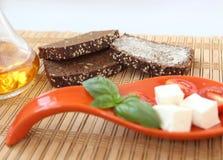 Φρέσκα ντομάτες και τσίλι κερασιών στο κόκκινο πιάτο Στοκ Εικόνες