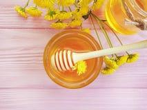 Φρέσκα οργανικά εναλλακτικά τρόφιμα μελιού, νόστιμο συστατικό λουλουδιών χρυσάνθεμων στο ξύλινο υπόβαθρο, λιχουδιά στοκ φωτογραφία με δικαίωμα ελεύθερης χρήσης